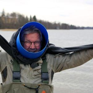 Pirkka-Pekka Petelius pukee vesikiikaria päälleen