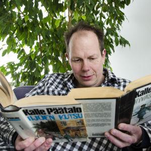 Toimittaja Jukka Kuosmanen lukee kahta Kalle Päätalon kirjaa