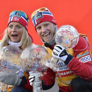 Therese Johaug och Martin Johnsrud Sundby med globformade pokaler.