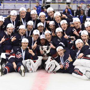 USA:s hockeydamer på isen.