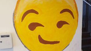 Smiley målad på väggen i Kungsvägens skola.