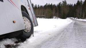 Hal väg och buss i diket i Kalvholm i Korsholm.