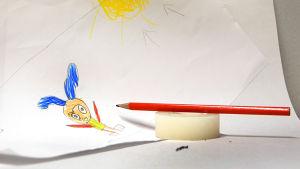 Barnteckning, blyertspenna och tejprulle.