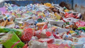 Kylvaror som måste slängas vid livsmedelsaffären Popsi i Ekenäs.