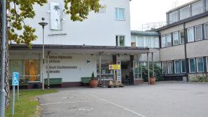 Ingången till Ekenäs sjukhus.