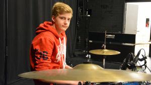 Benjamin Juslin spelar trummor i Karis Music Show.