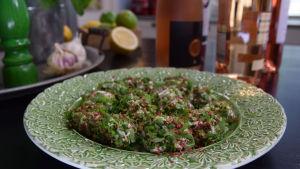 Getostbollar på en tallrik i ett kök.