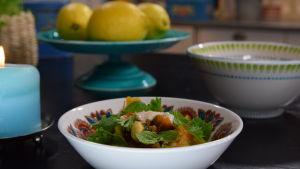 En portion med kryddig gryta med nötter och frukt gör vi på råg och härliga rotsaker.