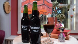 Specialbryggt Strömsö-öl på flaska och upphällt i glas.