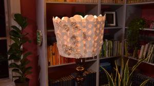 Lampskärm i papper i ett vardagsrum.