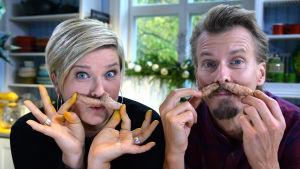 En kvinna och en man håller gurkmeja under sina näsor.