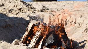 Eld i en sandgrop