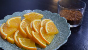 Appelsiner och kryddsalt i ett kök.