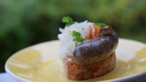 Portion med Strömsös korv på svamp och vildsvin på ett bröd