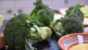 Råa broccolin på ett bord