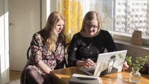 Amanda Helling och Julia Lillqvist vid datorn.