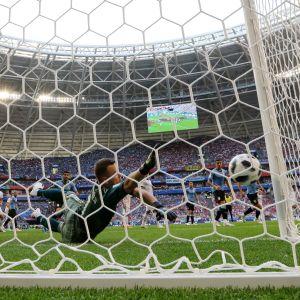 Igor Akinfeev släpper in 0–2 mot Uruguay.