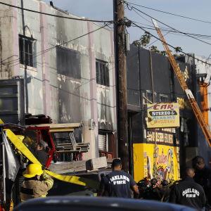 Brandmän utanför brandplatsen i Oakland.