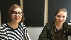 Ksenija Kolesnikova och Anna Štefane sitter i radiostudion på Lettlands radio.