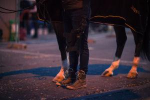 Hevosen ja sen hoitajan jalat