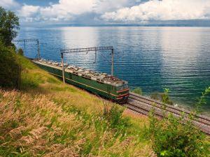Grönt tåg vid Bajkalsjön.