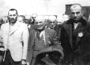 Nyanlända judar från Transkarpatien väntar på att bli sorterade i Auschwitz.