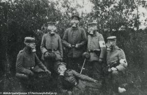 Jääkäripataljoona 27 esittelee kaasunaamareita (1916/1917).