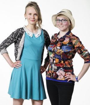 Laila ja Elina poseeraavat ennen vaatteiden vaihtoa.
