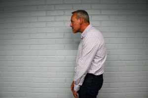 Johan Slotte visar hur du inte ska stå: Luta inte hakan framåt.