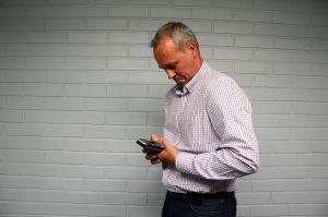 Johan Slotte visar hur du inte ska stå: Luta inte axlarna framåt (men håll gärna i mobilen med båda händerna).