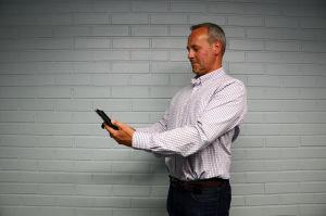 Johan Slotte visar hur du ska stå: Axlarna bakåt, mobilen upp, och håll i med båda händerna.