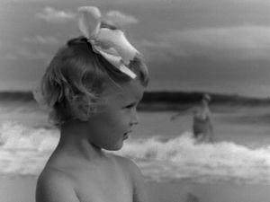 Tyttö (Kaarina Tamminen) rannalla Miamissa  (1947).
