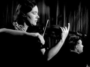 Kerttu Wanne soittaa viulua, Astrid Joutseno säestää pianolla. (1947).