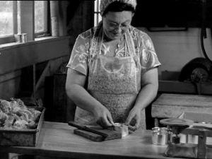 """""""Tuunakalan"""" käsittelyä Mr Vuoren kalasäilyketehtaalla Astoriassa (1947)."""