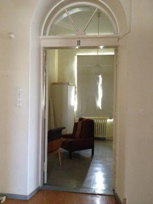 Ett övergivet rum på Lappvikens sjukhus med tre stolar i och en trasig gardin