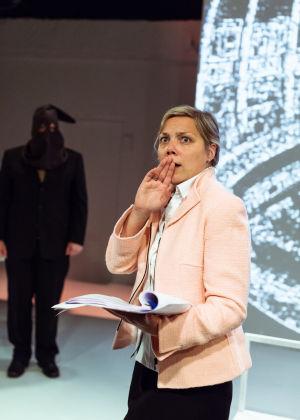 Pihla Penttinen Ryhmäteatterin näytelmässä Eduskunta III.
