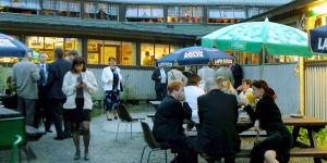 Ihmisiä Rönnin lavan terassilla 2002