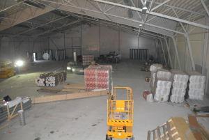 Betonggolvet håller på att torka i den nya allaktivitetshallen i Sjundeå.