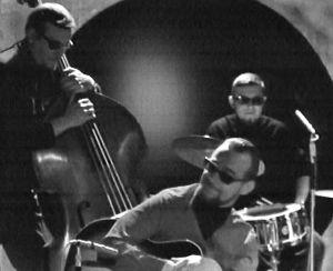 Heikki Laurila, Heikki Annala ja Christer Schwindt soittavat aurinkolaseissa ohjelmassa Bara Barbara 1966.