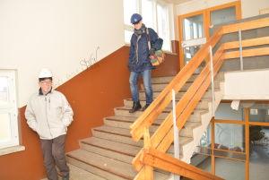 Rals Sandberg och Jorma Valtimo på väg från vinden ner till tredje våningen i Mau-Mau.