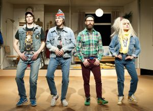 Veikko Nuutisen näytelmä Pasi was here KOM-teatterissa. Rooleissa Juho Milonoff, Johannes Holopainen, Vilma Melasniemi ja Johannes Holopainen.