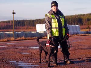 Jenni Kukkonen etsii kadonneita vapaaehtoisena Bonita-koiran kanssa