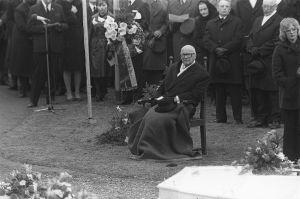 Lapuan patruunatehtaan räjähdysonnettomuuden uhrien hautajaiset 24.4.1976. Siunaustilaisuus Lapuan tuomiokirkon pihalla: presidentti Urho Kekkonen hautajaisvieraana.