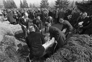Lapuan patruunatehtaan räjähdysonnettomuuden uhrien hautajaiset 24.4.1976. Arkkuja lasketaan hautoihin.