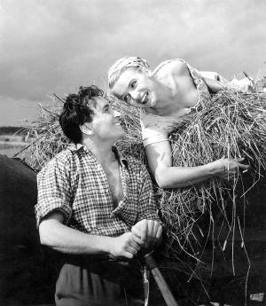 """Näyttelijät Ekke Hämäläinen ja Tuija Halonen (roolinimet Martin von Tandenskiöld """"Martti"""" ja Maija). (1953)"""