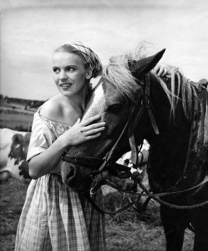 Tuija Halonen hevosen kanssa elokuvassa Kuningas kulkureitten. (1953)