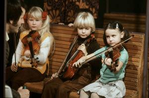 Ote Viuluviikarit musiikkimaassa -ohjelmasta (1979).