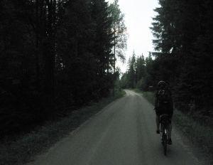 pyöräillen kesäyössä