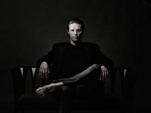 Oopperalaulaja ja Helsingin juhlaviikkojen johtaja, tenori Topi Lehtipuu valokuvaaja Kaapo Kamun kuvaamana.