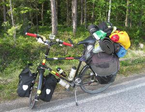 täytteen lastattu rekipyörä tienposkessa.